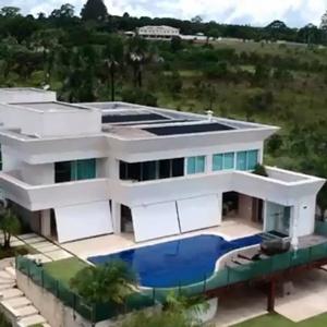 MP-DF investiga empréstimo firmado por Flávio Bolsonaro para compra de mansão