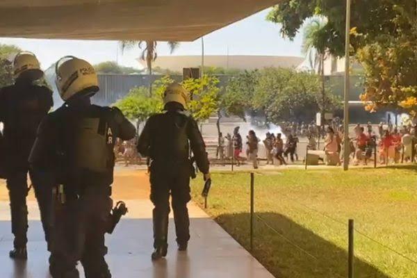 Confronto Índios x Policiais na Câmara Federal (veja vídeos)
